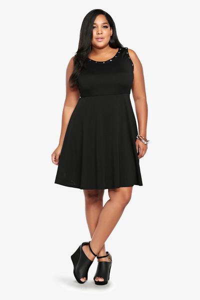Строгу чорну сукню для повних. Плаття для повних жінок  фасони a22e5ea0e4818