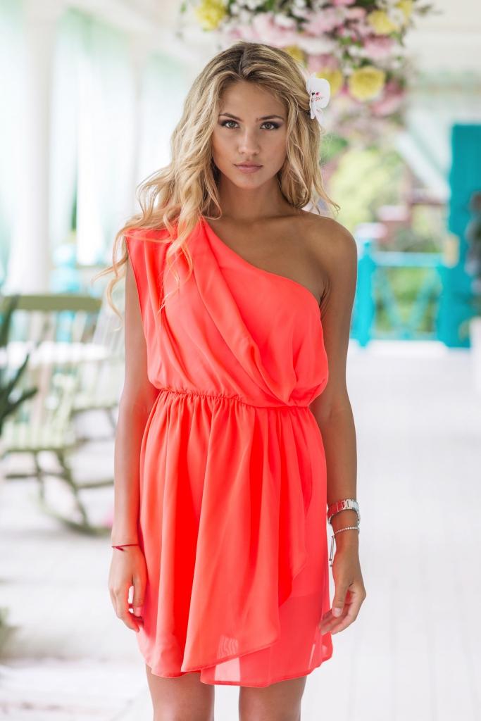ae2047165c489 دائما ما تبقى مشرقة ، لون المرجان للكثير من الجنس العادل لا يزال يخيف. ومع  ذلك ، لا ينبغي لأحد أن ننسى أن الملابس من هذا اللون يمكن أن تكون في ظلال ...