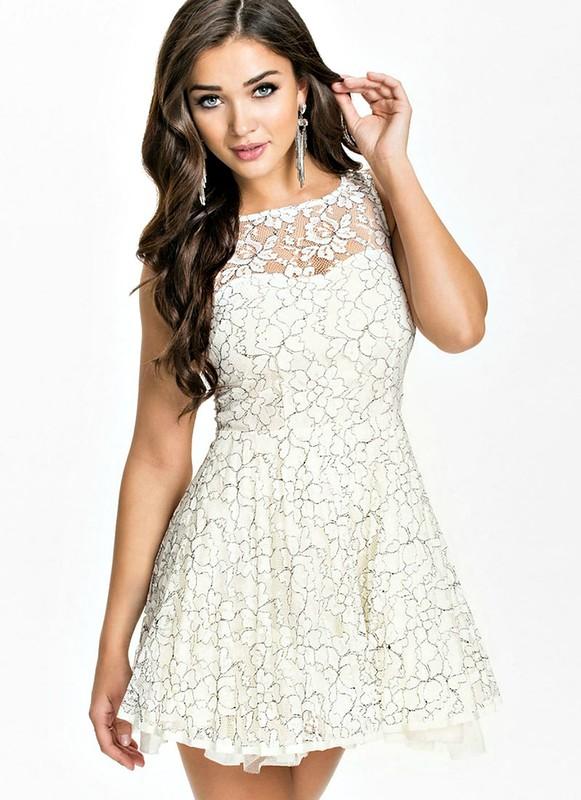 Мереживні білі сукні виглядають чарівно. Вони радують погляд ажурними  палітурками f4d48e1f22372