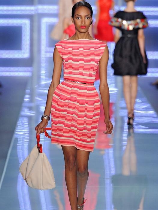 87878ab369 A harisnyatartó ruhát biztonságosan lehet a leggyengébb és nőiesebb  ruhadarabok közé sorolni. Ilyen ruhában minden ...