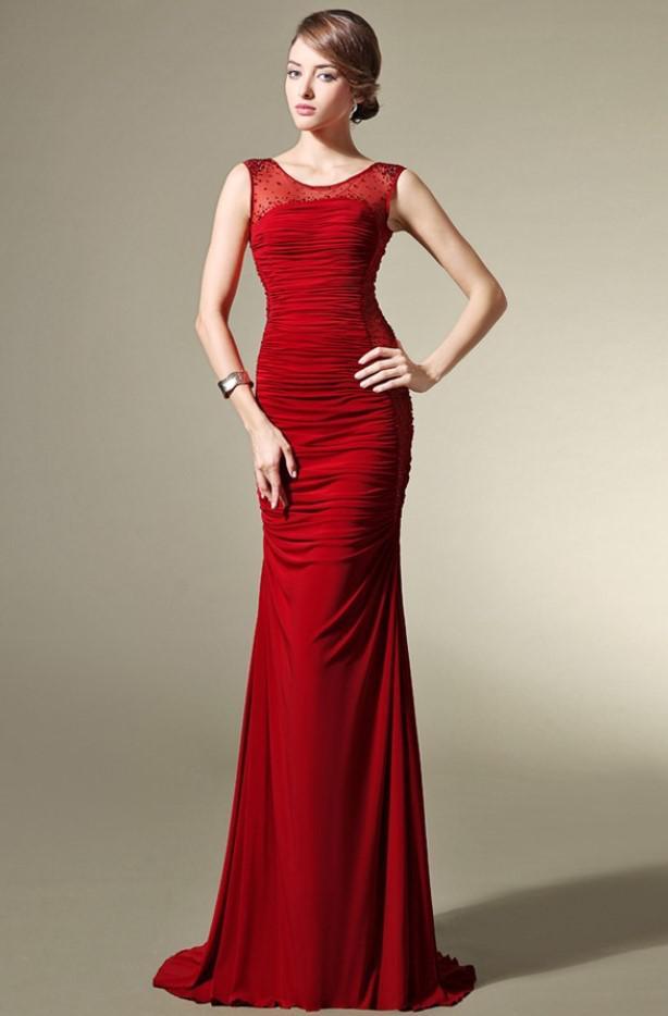 b513f414f03a Σύντομη σφικτή φόρμα. Το κοντινό φόρεμα θα τονίσει τη γυναικεία φόρμα.