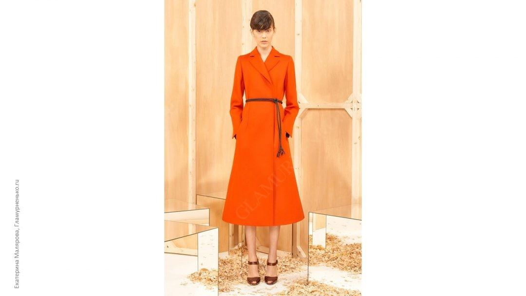 Στο φωτογραφικό - πορτοκαλί χρώμα σε παλτό. Σε αυτή την έκδοση f3f93a490c0