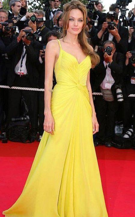 3afef6417349 Παπούτσια στο κίτρινο φόρεμα. Κίτρινο βραδινό φόρεμα  χαρακτηριστικά ...