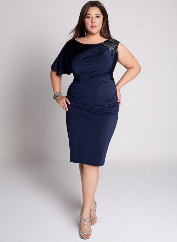 44ba004791 Ένα μικρό μπλε φόρεμα με ασύμμετρα μανίκια δίνει έμφαση στην αξιοπρέπεια  του φιγούρα.