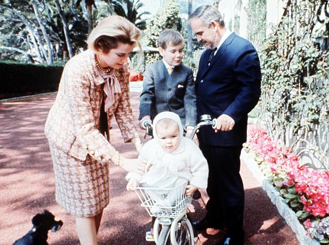 9c5a0f24b1503 الزوجان مع أولادهما في حفل لالتقاط الصور تكريما للذكرى العاشرة لزفافهما ،  في صورة ستيفاني 14 شهرا ، كارولين ، 9 سنوات ، ألبيرو ، 8 سنوات ، 6 أبريل  1966.