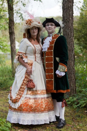 0a997cb1f57 Ένα άλλο θεαματικό στοιχείο του γυναικείου φόρεμα εκείνης της εποχής, το  οποίο, ωστόσο, δεν ήταν παρόν σε όλα τα φορέματα, είναι.