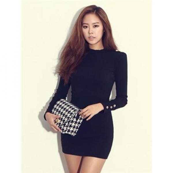 Σύντομη σφικτή φόρμα. Το κοντινό φόρεμα θα τονίσει τη γυναικεία φόρμα. 506dba363e2