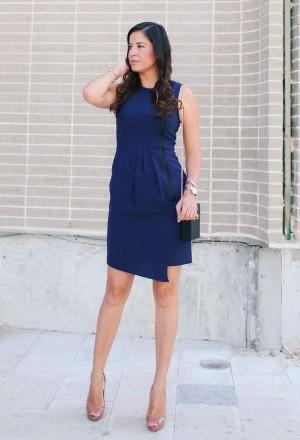 b82e581c631a Ως διακόσμηση κομψό σκούρο μπλε φορέματα θα ταιριάζει φυσικά ή τεχνητά  μαργαριτάρια. Ροζ σκιά τα αξεσουάρ θα προσθέσουν ρομαντισμό στην εικόνα και  το ...