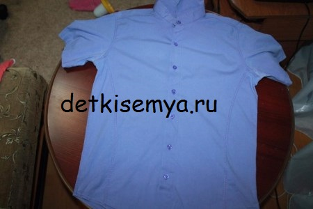 6d670a345fa2 Όταν έχουμε κάνει όλα αυτά, βάζουμε το πουκάμισο σε μια επίπεδη επιφάνεια  και πάνω από αυτό είναι ένα παιδικό φόρεμα.