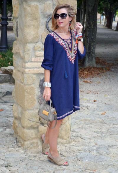 Φωτογραφίες μοντέλων μόδας υποστηρίζουν ότι καθημερινά φορέματα μόδας για  τις γυναίκες μετά από 50 χαρακτηρίζονται από περιορισμένο στυλ σχεδιασμού. a2267c9bedd