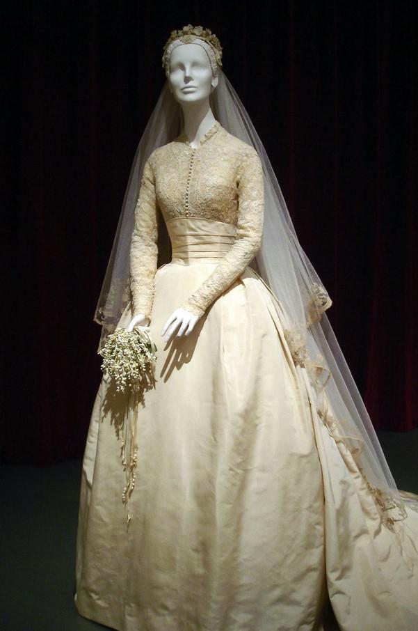 fffd3ba4ab3e4 بطبيعة الحال ، لا تستطيع أميرة موناكو أن تتزوج في ثوب يخلق الشكوك حول  تواضعها وشرفها ، وتحت أنحف الرباط هناك صد التفتا.