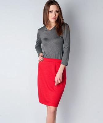 25a924e3a7e70 هؤلاء السيدات اللواتي اكتسبن مثل هذا الشيء الجديد يهتمون بما يرتدينه من  تنانير بالقلم الأحمر حتى لا يبدوا منهن.