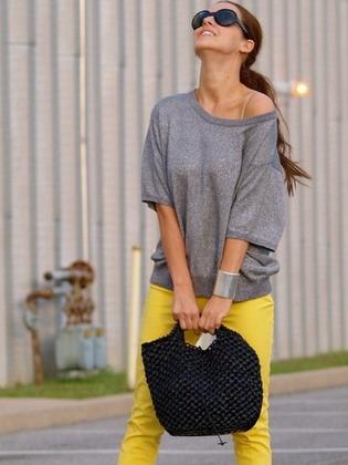 9db405f89a80 16-20 - poznámka na fotografii  kombinace žlutého oblečení šedé odstíny  vytváří příjemný účinek měkkosti a skromnosti ve vzhledu.