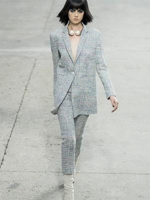 Жіночий брючний костюм у стилі Шанель як на фото - сучасна версія класичної  ідеї  5399c017faf24