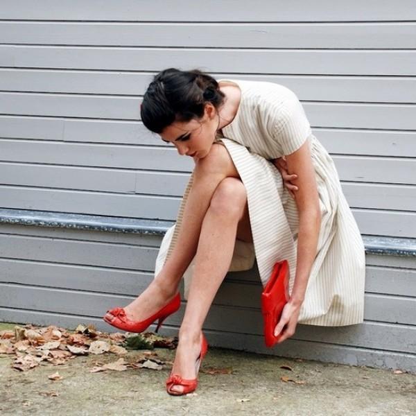 Класичні червоні туфлі можна носити з білими розкльошені брюками або білими  сукнями 32eec5c79f98b