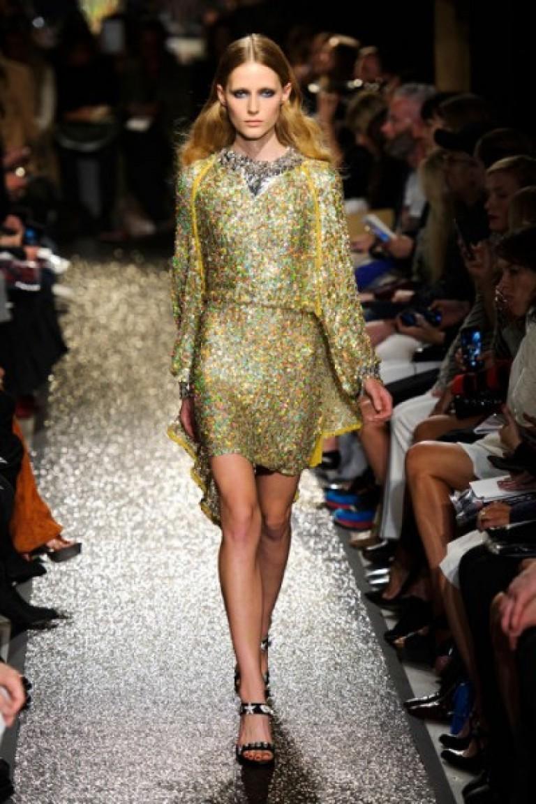 Ο χρυσός είναι ένα ακριβό μέταλλο και μια όμορφη κυρία σε ένα χρυσό φόρεμα  μπορεί να ξεχωρίζει ευνοϊκά εναντίον άλλων. 692e7444ded