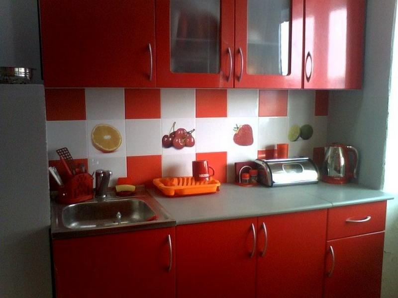 Kötény fekete-szürke konyhához. Piros konyha design, vörös kötény ...