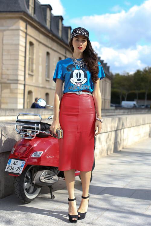 На наступному фото дівчина поєднує червону спідницю-олівець з білою  футболкою і чорними човниками 5664087c6c89c